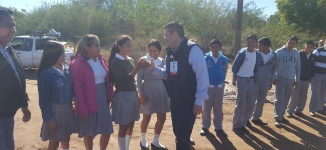 Visita Álvaro Ruelas a familias del Plan de Guadalupe para escuchar sus necesidades y llevarles apoyo.